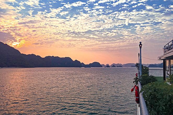 crociera-nella-meraviglia-naturale-di-halong-bay-alba-dal-balcone