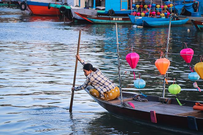 Viaggio-in-Vietnam-Cambogia-e-Singapore-hoian-scena-barca