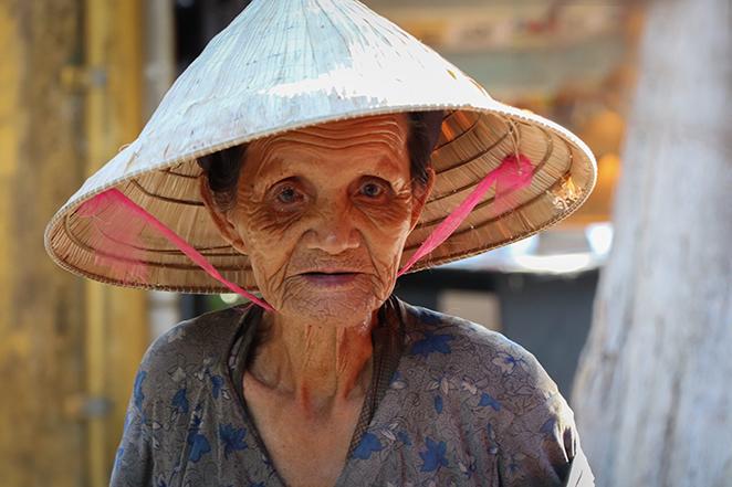 Viaggio-in-Vietnam-Cambogia-e-Singapore-vietnamita-donna-anziana