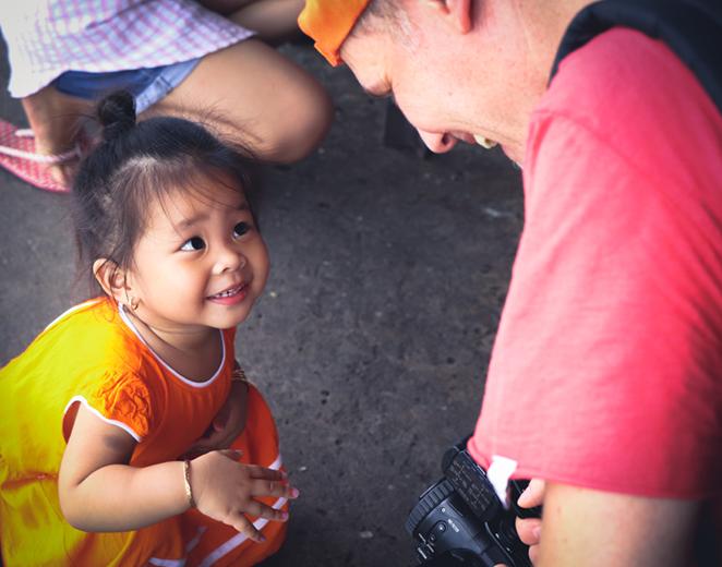 i-sorrisi-della-cambogia-bambina-mercato