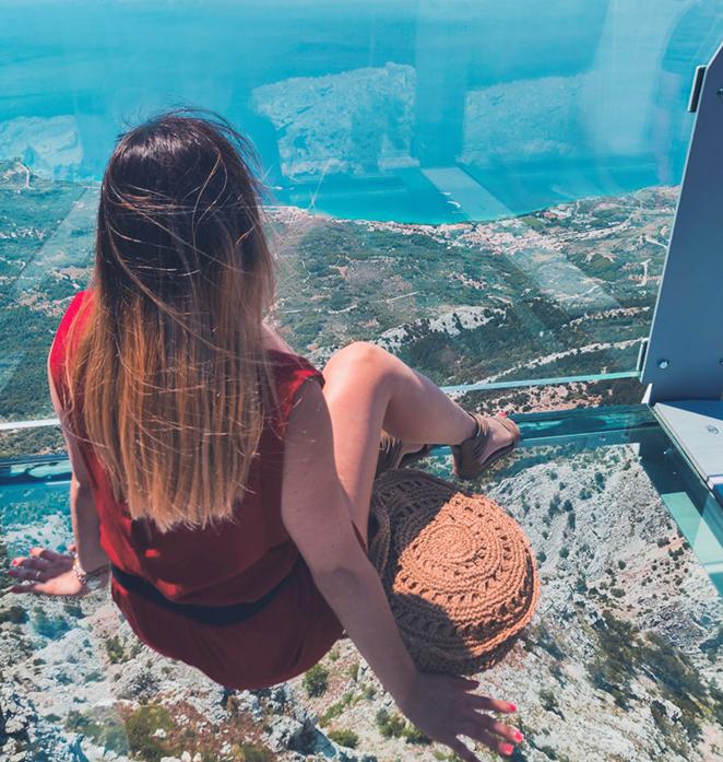 Passerella-di-vetro-croazia-seduta-nel-vuoto